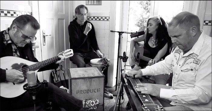 Tess Wiley und Stoppok sind zu Gast bei den Hamburger Küchensessions und singen gemeinsam mit Lars Plogschties und Tim Potzas